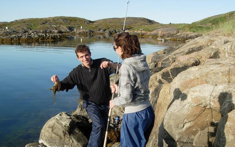 Rolando Saltini och Maria Gomez fiskar efter arktisk simpa för analys av antibiotikaresistens hos tarmbakterier. Foto: Maria Granberg