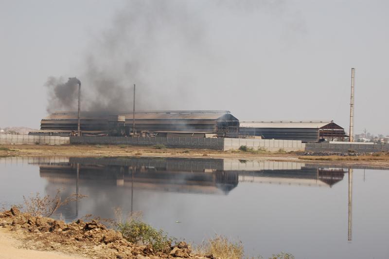 Många läkemedelsföretag flyttar av kostnadsskäl tillverkning till låglöneländer. När kostnader måste pressas maximalt riskerar det att leda till ökat slarv med att rena fabrikernas avloppsvatten. Bilder visar fabrik i Patencheru i Indien. Foto: Johan Romin.
