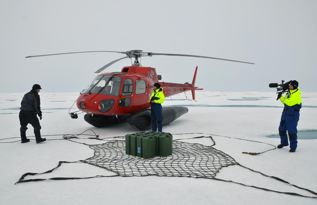 Forskarna samlar in dunkar med vattenprover. Proverna transporteras med helikopter tillbaka till forskningsfartyget Oden. Foto: Pauline Snoeijs Leijonmalm