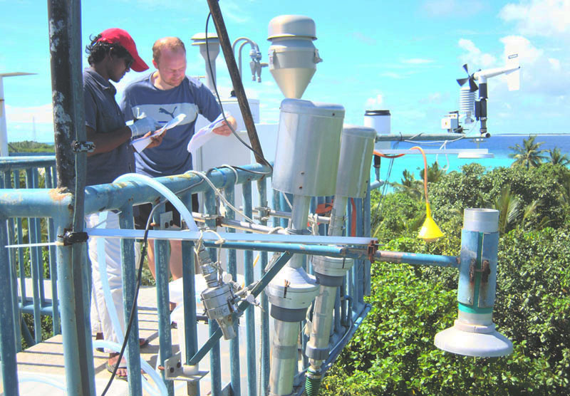 På Maldiverna passerar stora luftpaket från Indien. Forskarna samlar in luftpartiklarna för att ta reda på mer om sotpartiklarnas olika källor. Syftet med projektet är att få fram ett underlag till internationella initiativ för att bekämpa utsläppen av klimatpåverkande sotpartiklar. Foto: Örjan Gustafsson