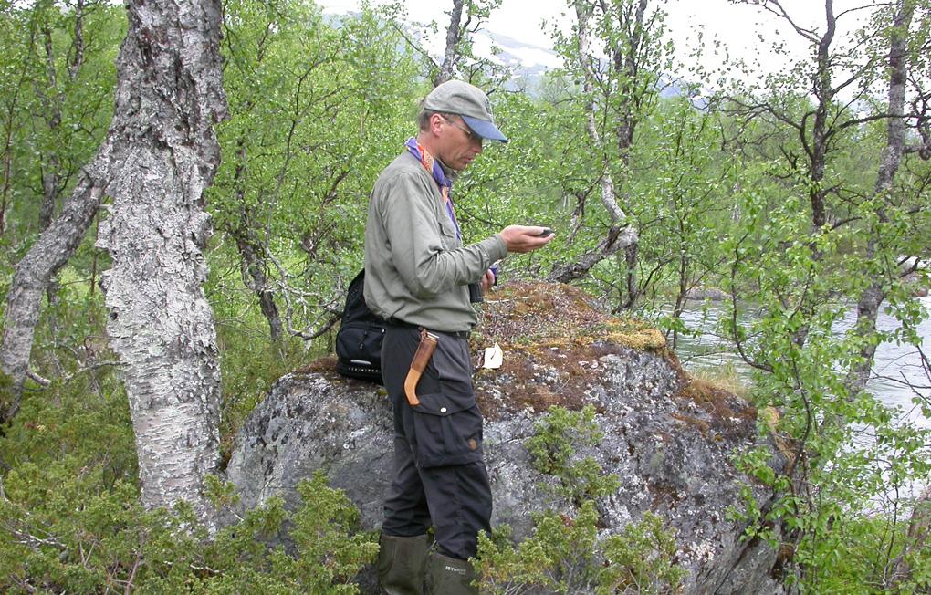 Forskaren Åke Lindström stämmer av sin GPS för att kunna räkna fåglarna längs en förutbestämd linje i terrängen. Foto: Richard Ottvall