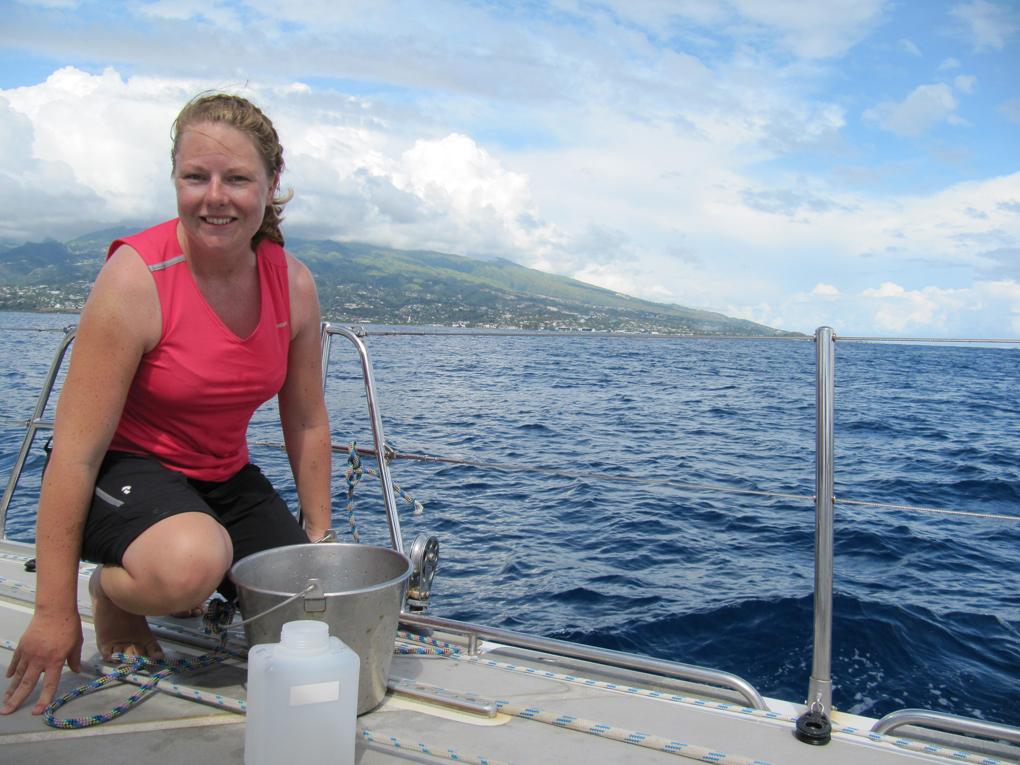 Anna Kärrman, docent i kemi vid Örebro universitet, ombord segelbåten Sea Dragon utanför Tahiti i Franska Polynesien. Hon har precis tagit ett vattenprov för att senare undersöka halten av fluoralkylsyror. Foto:privat