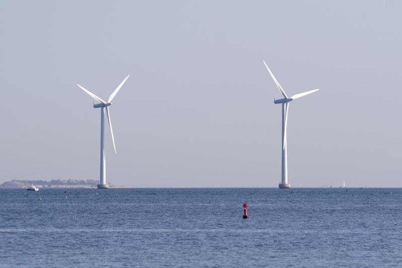 Två vindkraft till havs som är en del av bioekonomin, eftersom vindkraft är förnybar.