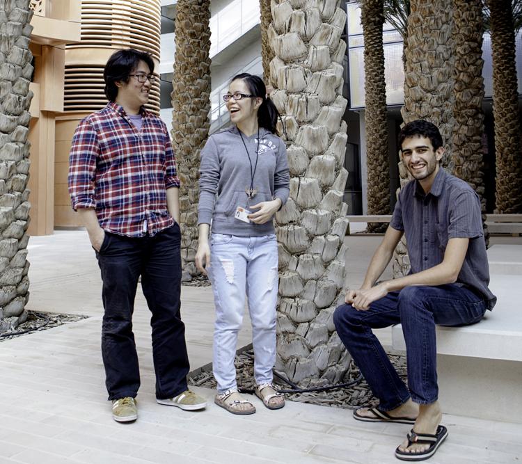 Benjamin Chang och Chia-Yun Lai från Taiwan och Harry Apostoleris från USA studerar för att ta sina masterexamen i Masdar city. De lockades av möjligheten att plugga utomlands och av de fördelaktiga villkoren. Utländska masterstudenter får gratis boende och 1 000 euro i månaden för att studera här. Foto: Lisa Brunzell