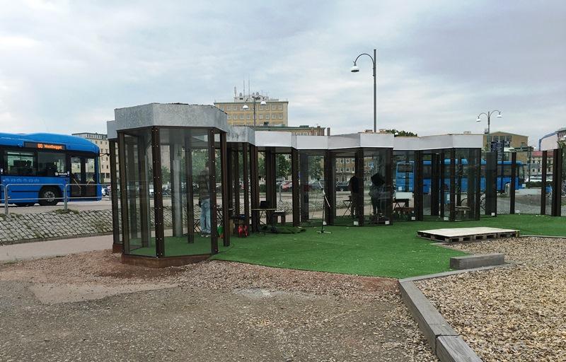 Tysta Offentliga Rum är ett projekt där buller stängs ute med hjälp av hexagoner i glas. Foto: IMCG