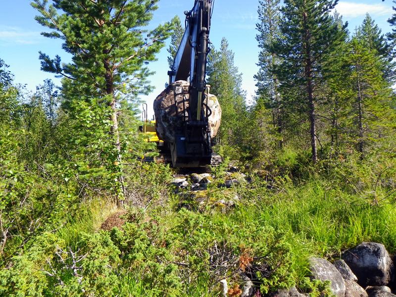 Stenblock flyttas från skogen till vattnet. Foto: Daniel Jonsson