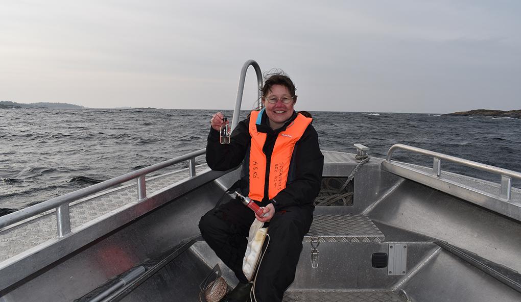 Helena Höglander tar vattenprov som senare kommer att analyseras vid mikroskop på laboratoriet vid Stockholms universitet. Foto: Karin Montgomery