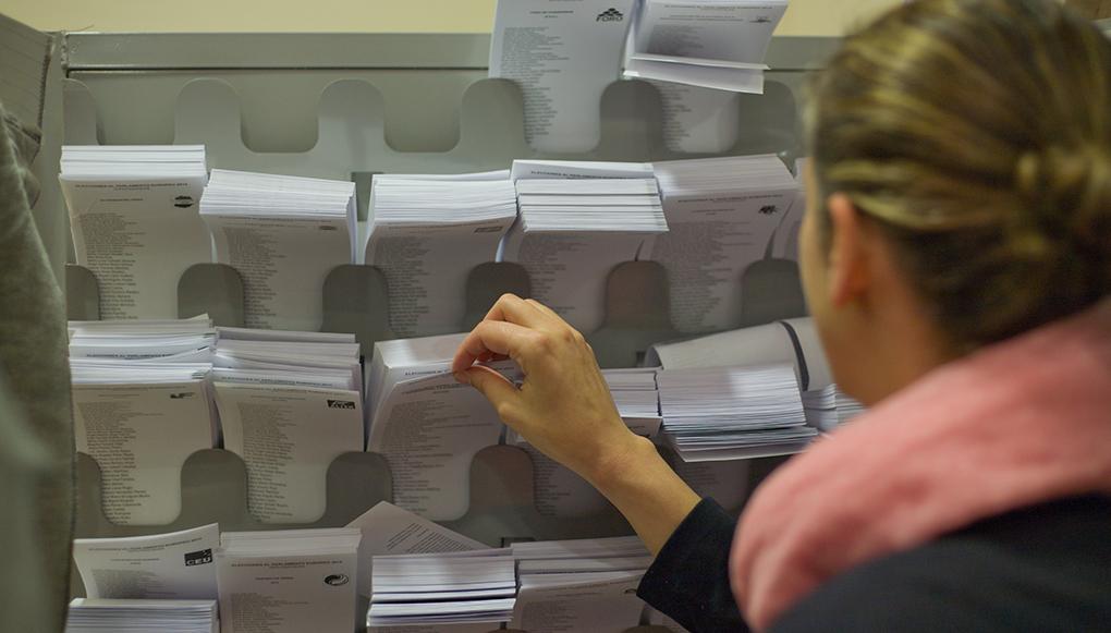 Kvinna väljer bland röstsedlar