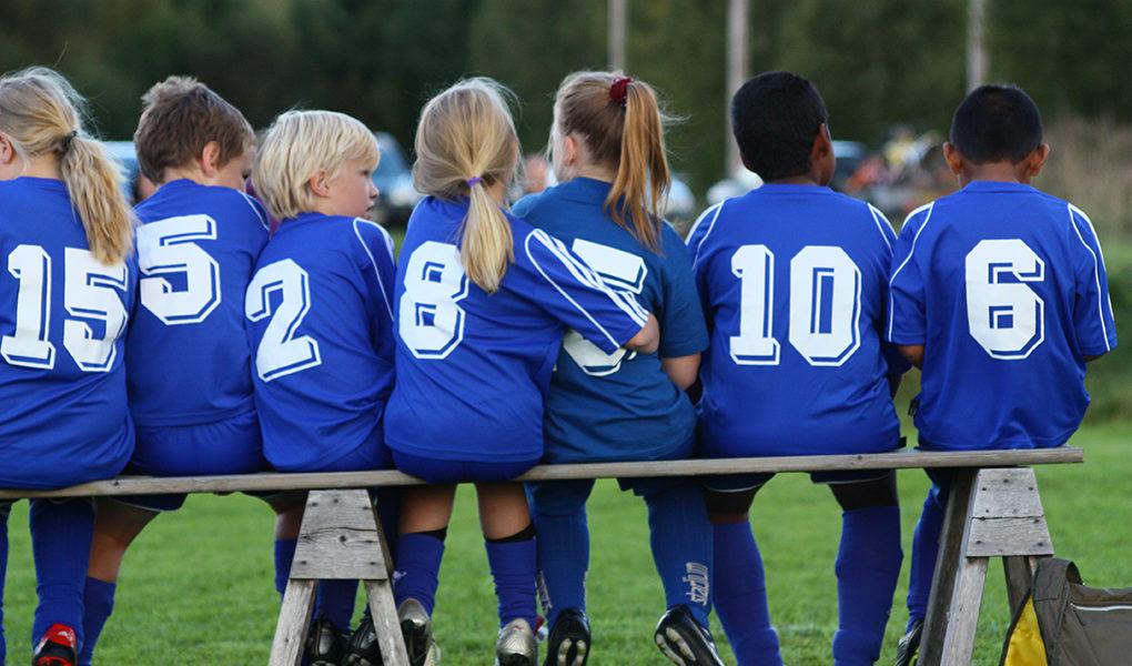 Barn på avbytarbänk, fotboll