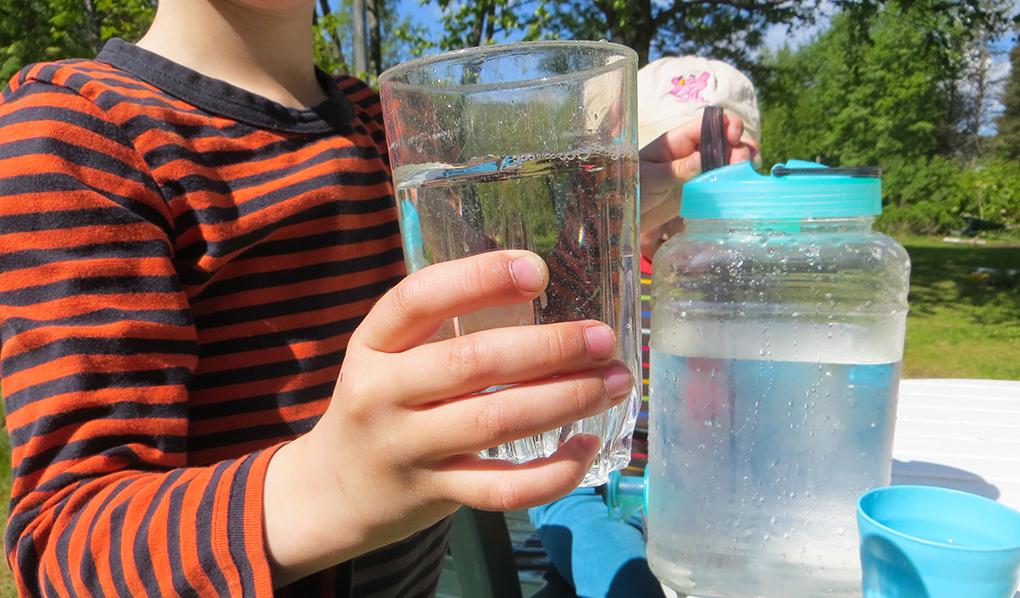 Barn med vattenglas
