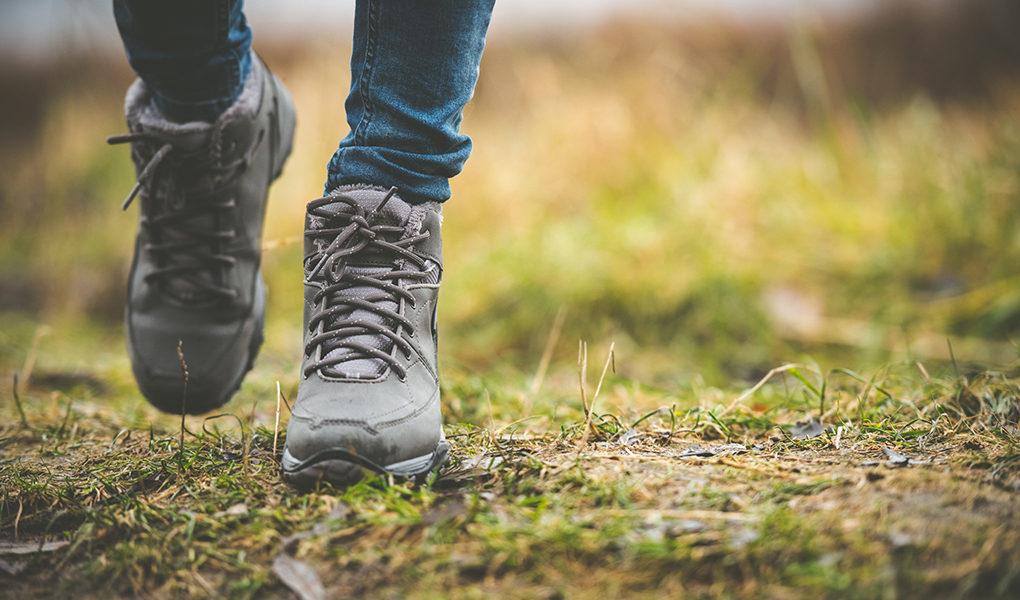 Person som går i skogen