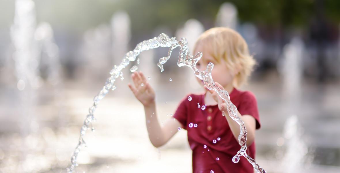 Barn leker med vatten